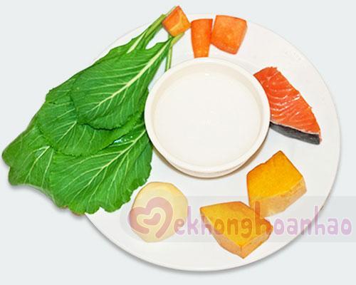Cách chế biến cháo cá hồi cho bé ăn dặm với rau củ