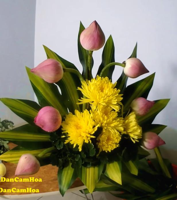 Cách cắm hoa cúc và hoa sen trên bàn thờ hình ảnh 11
