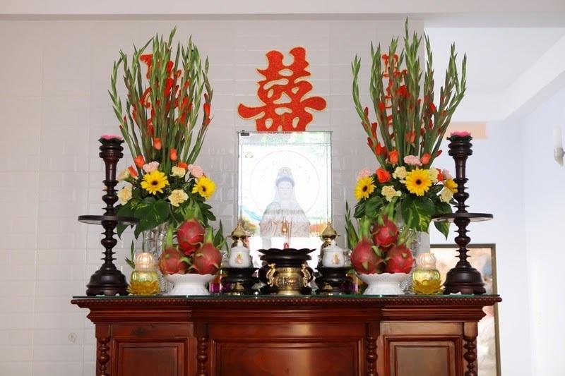 Cách cắm hoa lay ơn đỏ trên bàn thờ ngày Tết hình ảnh 14