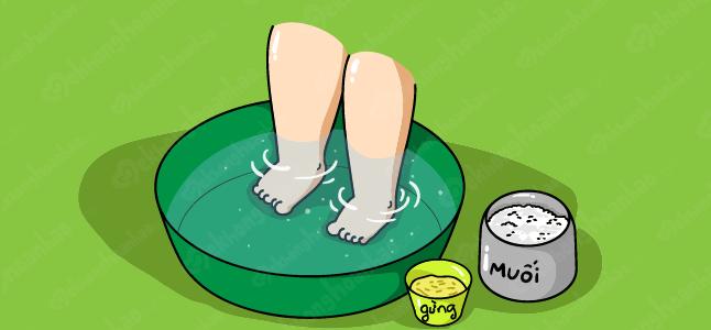 Bé bị sổ mũi có nên tắm hay ngâm chân nước gừng