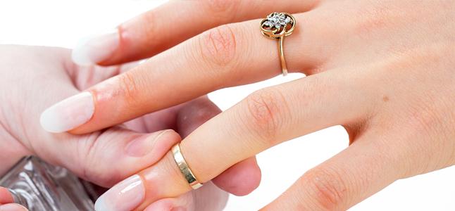 Cách sơn móng tay đơn giản mà sang trọng đón Valentine